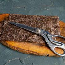 Два листа водорослей нори разрезаем ножницами пополам