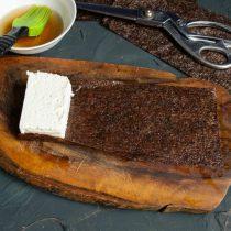 На край листочка кладём брусок сыра, аккуратно заворачиваем