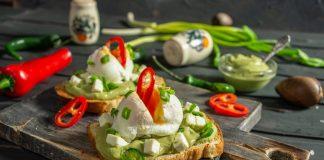 Вкусные бутерброды с авокадо и яйцом пашот