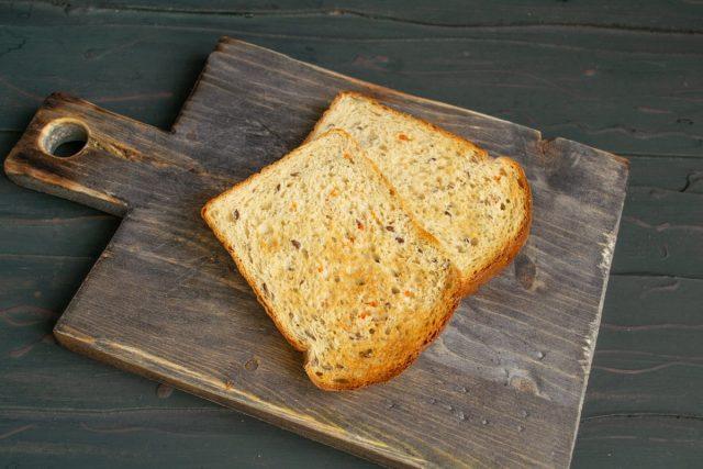 Тосты из цельно зерновой муки подрумяниваем в тостере