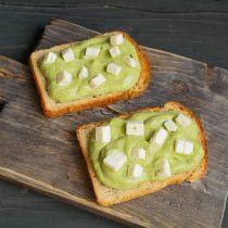 Режем сливочный творожный сыр кубиками, кладём на крем из авокадо