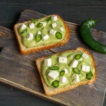 Посыпаем тосты нарезанным зелёным чили