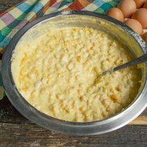 Разбиваем в миску яйца, добавляем растопленное сливочное масло, перемешиваем ингредиенты
