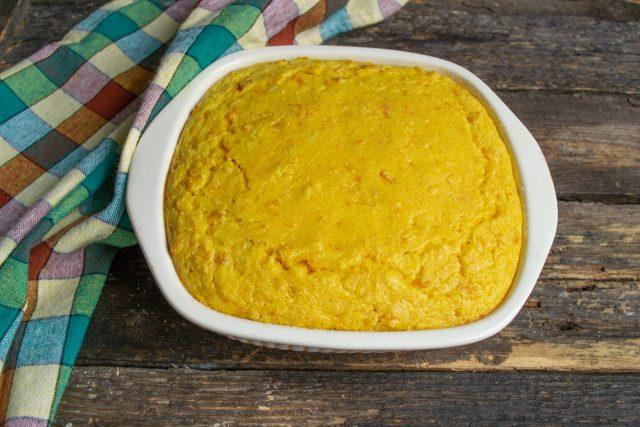 Выливаем тесто в подготовленную форму. Запекаем примерно 35 минут