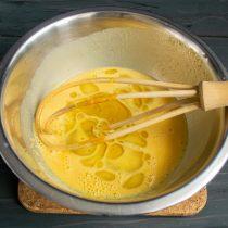 Тщательно смешиваем жидкие ингредиенты, наливаем оливковое масло