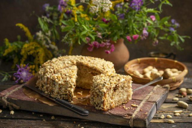Арахисовый торт с изюмом — простой и влажный