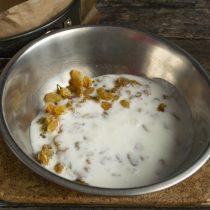 Кладём изюм в миску, наливаем простоквашу, насыпаем сахар и соль