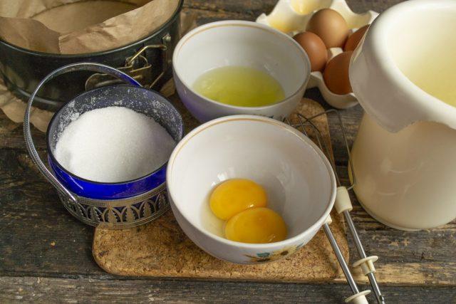 Взбиваем белки с сахаром. Желтки добавляем в миску с измельченными ингредиентами, перемешиваем