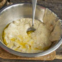 Смешиваем жидкие и сухие ингредиенты, замешиваем тесто. Вливаем растопленное масло и перемешиваем