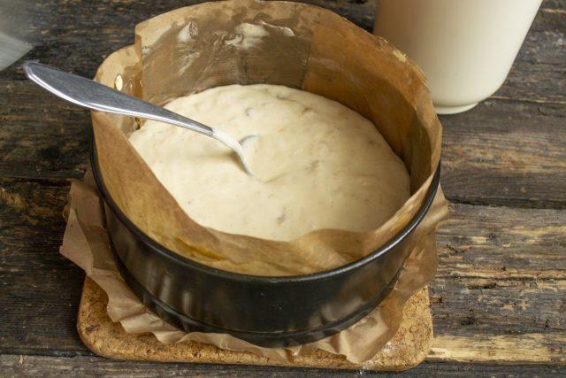 Выливаем тесто в подготовленную форму