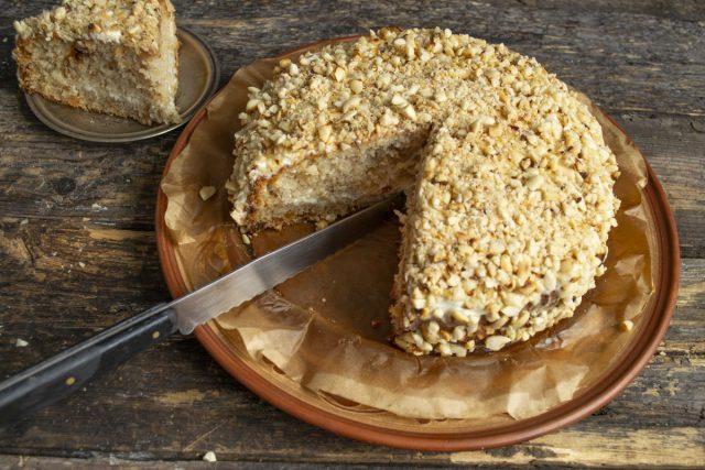 Арахисовый торт с изюмом готов