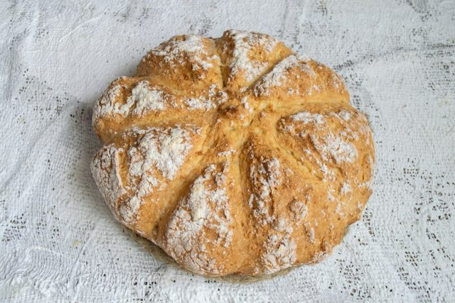 Домашний белый хлеб в духовке с манкой и солёным арахисом готов