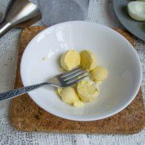 Достаём яичные желтки из половинок яиц