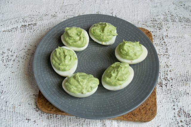 Наполняем половинки яиц салатовым кремом