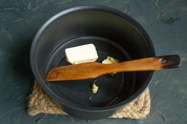 Наливаем в кастрюлю оливковое масло, кладём сливочное масло и растапливаем на тихом огне
