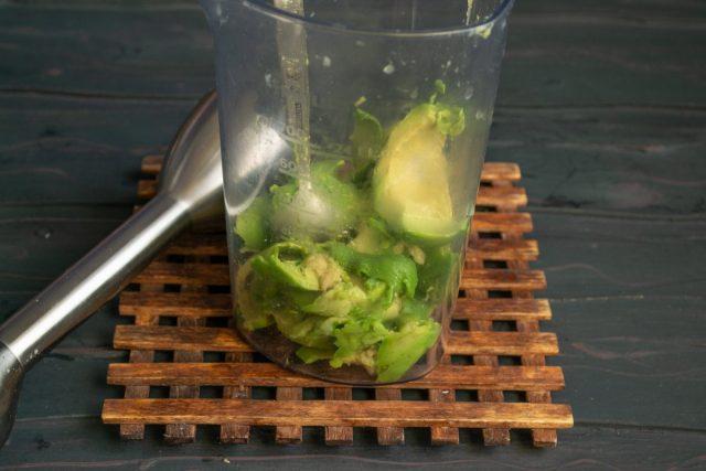 Ложкой извлекаем мякоть авокадо, перекладываем в стакан блендера