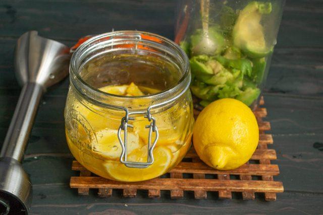 Обильно поливаем мякоть авокадо лимонным соком
