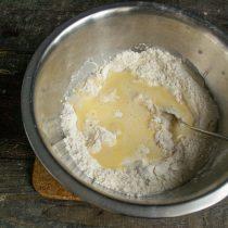 Добавляем смесь из масла яиц и сахара
