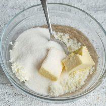 Насыпаем сахарный песок, добавляем ванилин или ванильный экстракт