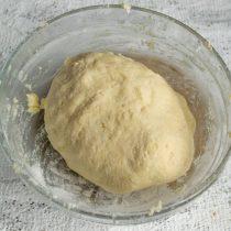 Замешиваем тесто, скатываем его в шар, закрываем пищевой плёнкой и убираем в холодильник на полчаса