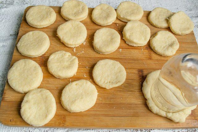 Раскатываем тесто в пласт толщиной 1.5 сантиметра, вырезаем кружочки