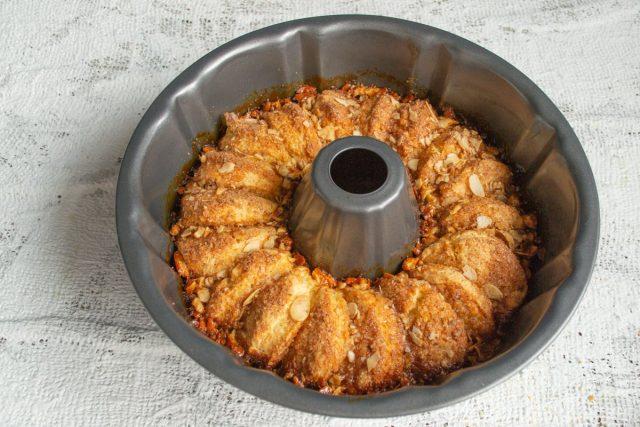 Отправляем пирог в нагретую духовку