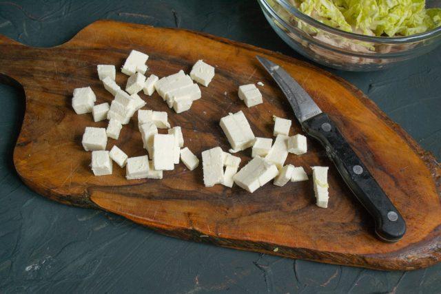 Сливочный творожный сыр нарезаем небольшими кубиками