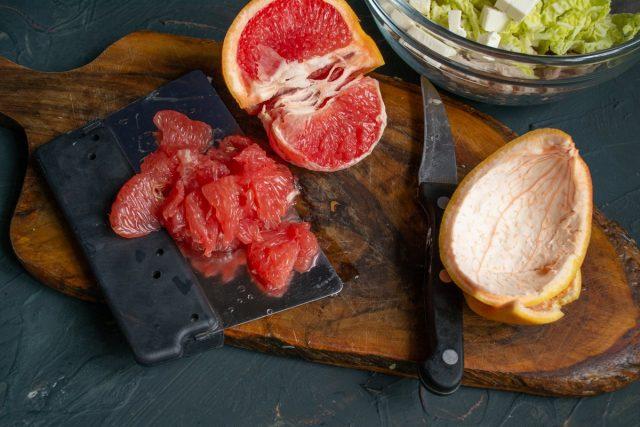 Очищаем грейпфрут, вырезаем сегменты