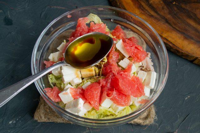 Приправляем салат и перемешиваем