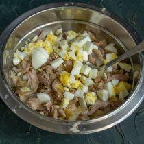 К мясу добавляем отваренные и мелко порубленные яйца, белый перец и кориандр, перемешиваем