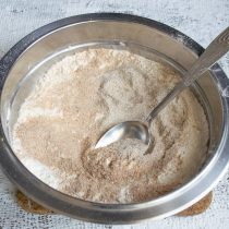 Добавляем мелкую соль, неферментированный ржаной солод, пшеничные отруби и тщательно перемешиваем