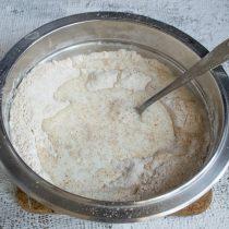 Нагреваем молоко, вливаем в миску с сухими ингредиентами