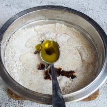 Наливаем оливковое масло первого холодного отжима