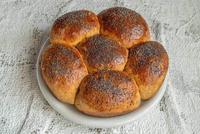 Сладкий пасхальный хлеб с финиками без сахара готов