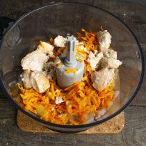 Добавляем к рыбе остывшую морковку с луком и размоченный хлебный мякиш
