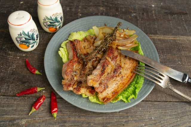Свиная грудинка на сковороде с луком в китайском стиле