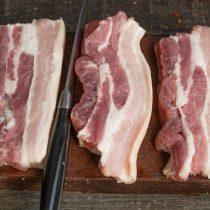 Нарезаем свинину поперёк волокон