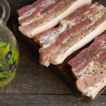 Смазываем мясо оливковым маслом