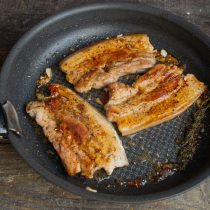 Жарим примерно 7 минут на довольно сильном огне, мясо переворачиваем