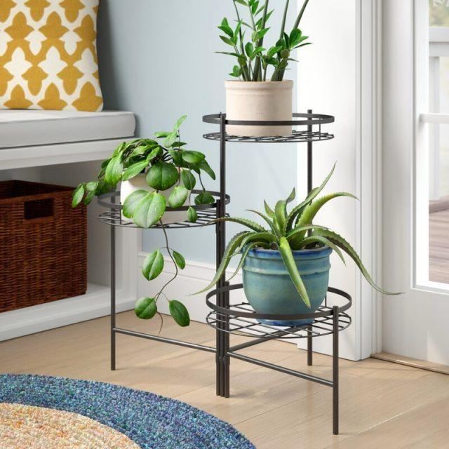 Самые надежные варианты — кованные металлические подставки, которые даже в маленькой комнате не перегружают пространство
