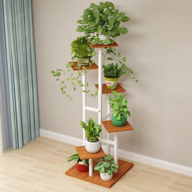 Для пестрых коллекций выбирают подставки с большим расстоянием между растениями, разноуровневые, достаточно объемные