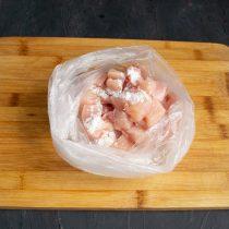Насыпаем картофельный крахмал в пакет, кладём нарезанное филе