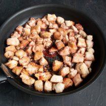 Кладём мёд, насыпаем паприку, наливаем соевый соус и красное вино. Встряхиваем сковородку