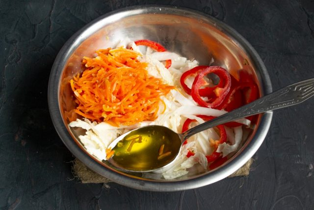 Подготавливаем овощи и тщательно перемешиваем