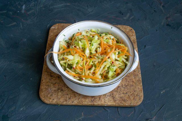 Весенний салат из ранней капусты готов