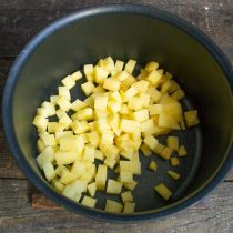 Чистим картошку и режем кубиками размером