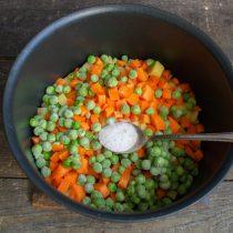Кладём в кастрюлю замороженный зелёный горошек