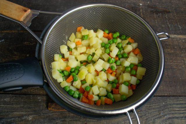 Отвариваем овощи, откидываем на дуршлаг и полностью остужаем