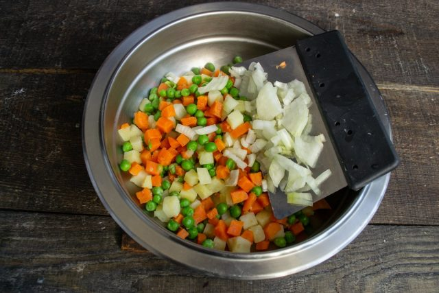 Перекладываем овощи в миску, добавляем мелко порезанную луковицу