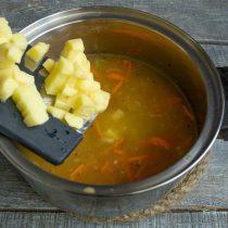 Доводим бульон до кипения, добавляем картофель